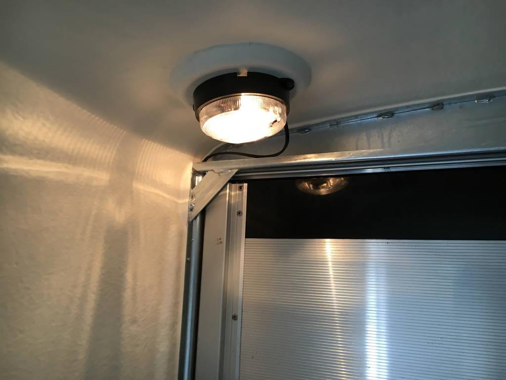 Easyline gesloten 300x151x170cm Aanhangwagens Zuid-Holland binnenverlichting