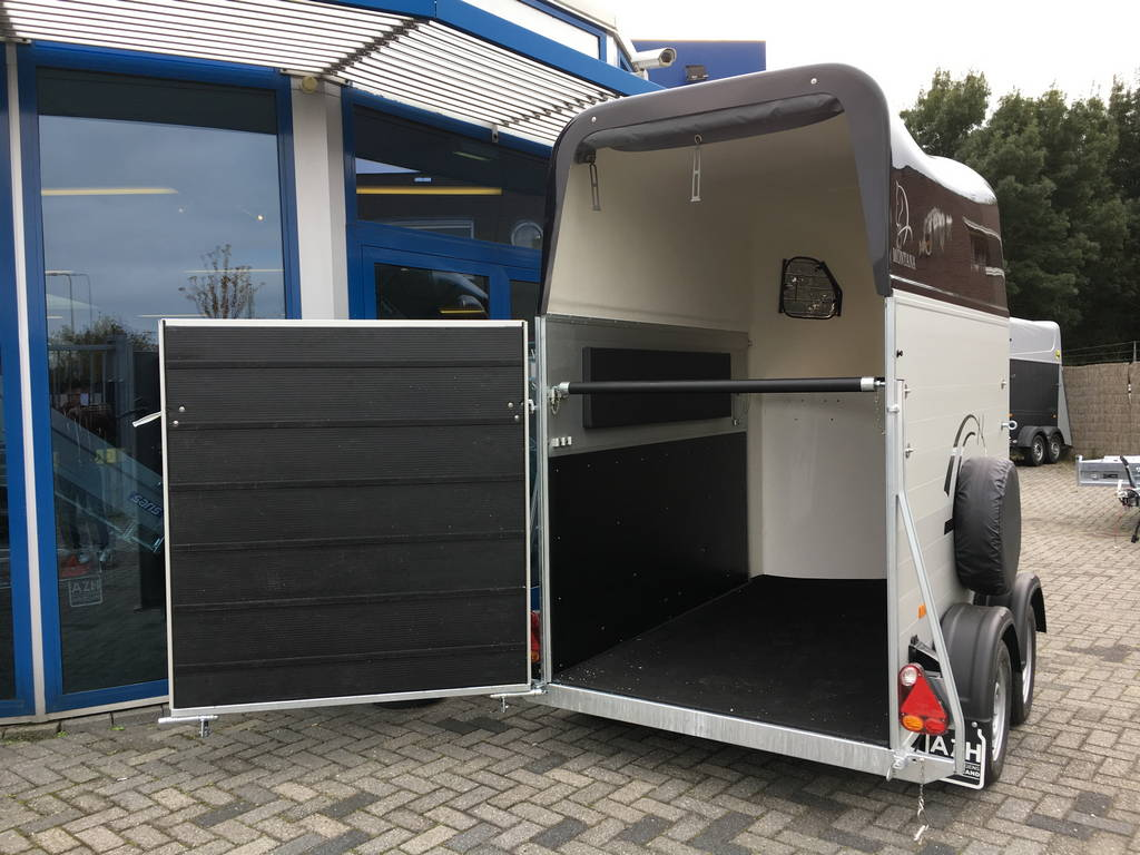 montana-alu-poly-15-paards-trailer-paardentrailers-aanhangwagens-zuid-holland-achterdeur-2-0