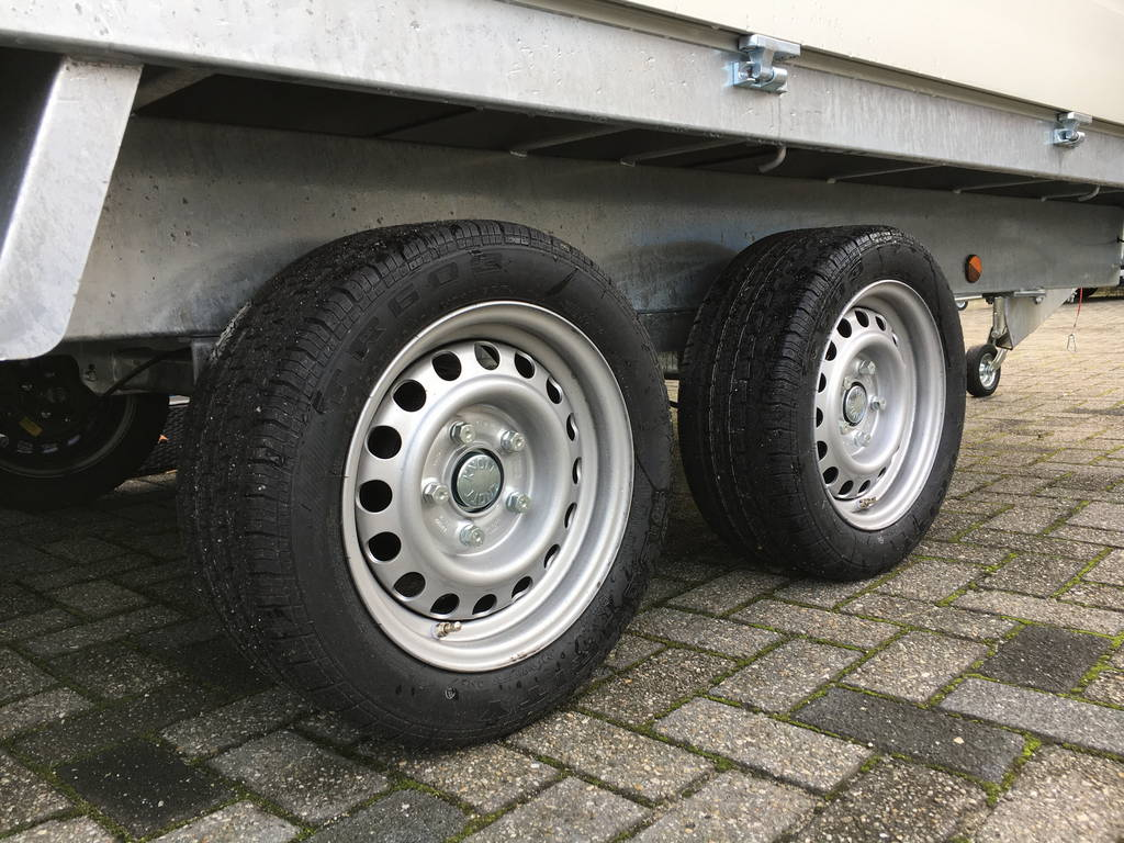 proline-verlaagd-401x185cm-2700kg-plateauwagens-aanhangwagens-zuid-holland-banden-2-0