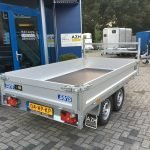 saris-plateau-270x150cm-2000kg-plateauwagens-aanhangwagens-zuid-holland-schuin-achter-2-0